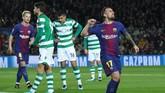 <p>Dari Grup D, Barcelona tak terkalahkan di babak grup setelah mengalahkan Sporting Lisbon 2-0 di Stadion Camp Nou. Dua gol Barcelona dicetak Paco Alcacer dan bunuh diri Jeremy Mathieu. (REUTERS/Albert Gea)</p>
