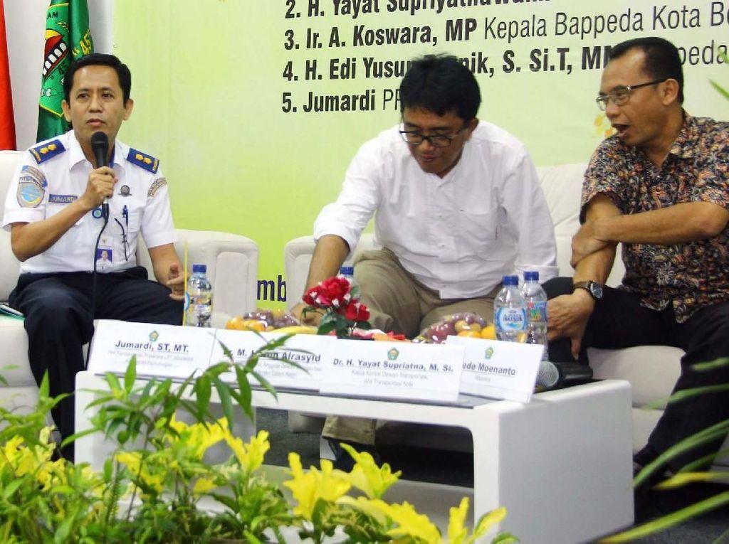 Diskusi tersebut membahas terkait dengan permasalahan lahan Depo LRT yang perlu dicari upaya penyelesaiannya agar pembangunan LRT dapat berjalan sesuai dengan jadwal pembangunan dan memberikan kontribusi positif bagi masa depan Bekasi.