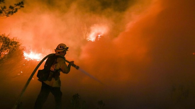 <p>Kebakaran hutan yang diperparah angin panas dan kering Santa Ana mengancam lebih dari 12 ribu rumah di sekitar Ventura, California.(AFP Phot/Ringo Chiu)</p>