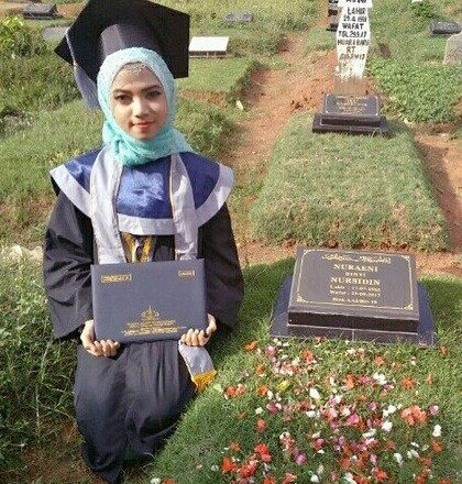 Foto Viral Hijabers Pakai Toga & Bawa Ijazah ke Makam Ibunya Bikin Terenyuh