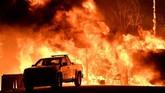 <p>Sekitar 10 ribu petugas pemadam kebakaran masih bertempur untuk menyelamatkan rumah-rumah dari amukan api. (Reuters/Gene Blevins)</p>