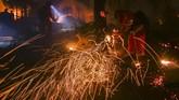 <p>Petugas pemadam kebakaran mengatakan api telah melahap lahan lebih dari 50 ribu hektar. (AFP Photo/Ringo Chiu)</p>