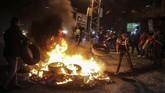 <p>Para demonstran juga membakar ban-ban dan menyerukan slogan-slogan anti-Israel.( Anadolu Agency/Ali Jadallah )</p>