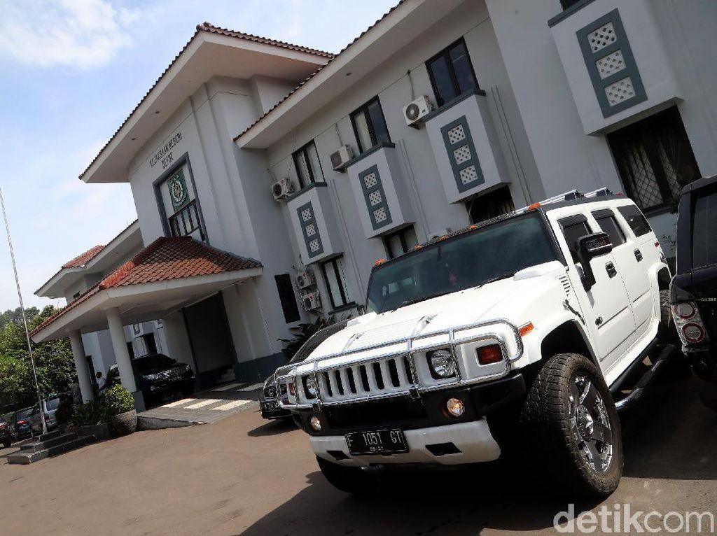 Mobil sitaan dari Bos First Travel.Foto: Dewi Irmasari