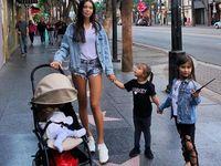 Tetapi jangan salah, model ini sudah punya tiga anak yang lucu-lucu lho: Ariela (6), Leya (3) dan Maya (7 bulan). (Foto: Instagram/samoylovaoxana)