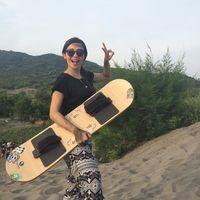 Aktivitas Sandboard juga menjadi rutinitasnya lho kalau sedang liburan. Foto : Instagram @rinrinmarinka