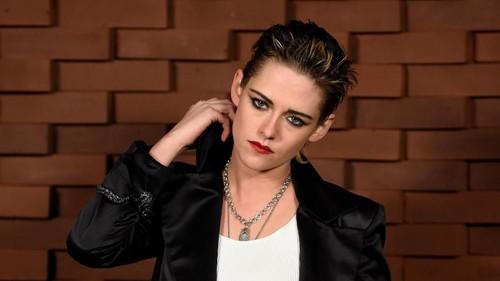 Hadiri Fashion Show Chanel, Kristen Stewart Pamer Gaya Tomboi nan Edgy