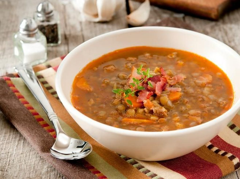 Untuk hangatkan badan, sup lentil jadi favorit warga Palestina. Bahan utamanya kacang lentil yang tinggi serat. Ada juga yang menambahkan daging. Selain Palestina, sup lentil populer di Lebanon dan Syria. Foto: iStock