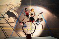 Bermain basket dapat membantu Anda mengembangkan daya tahan kardiovaskular yang mana mengarah pada berkurangnya risiko penyakit jantung dan stroke di kemudian hari. (Foto: Ilustrasi/thinkstock)