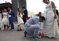 Dikutip dari Globaltimes, beberapa hari yang lalu terlihat ratusan wanita yang mengenakan wedding dress berlari di jalanan kota Bangkok. Mereka mengenakan sepatu lari dan celana olahraga di dalam gaun. (Foto : REUTERS/Athit Perawongmetha)