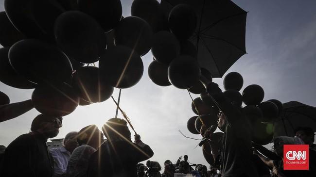 <p>Para aktivis HAM menggelar aksi Kamisan meminta pemerintahan yang kini dipimpin Presiden RI Joko Widodo untuk menegakkan keadilan HAM di Indonesia termasuk dengan menghukum para pelaku pelanggaran HAM. (CNNIndonesia/Adhi Wicaksono)</p>
