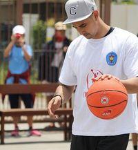 Bukan cuma pandai berakting, Ali Syakieb pun lihai memainkan bola basket. (Foto: Instagram @alisyakieb)