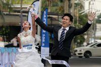 Sebanyak 300 calon pengantin wanita mengikuti lomba yang diadakan di jalanan Bangkok. Lebih uniknya lagi, para peserta berlari mengenakan gaun pengantin berwarna putih layaknya mempelai yang sedang melakukan upacara pernikahan. (Foto : REUTERS/Athit Perawongmetha)