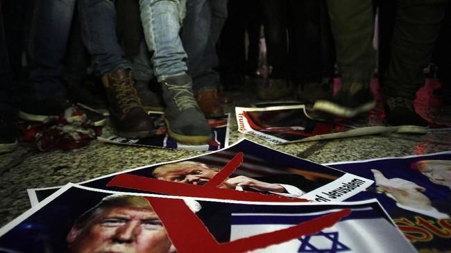<p>Pengakuan Trump atas Yerusalem juga menuai kecaman dari seluruh dunia. Presiden Palestina Mahmoud Abbas menegaskan bahwa Amerika Serikat tidak dapat lagi menjadi broker perdamaian Israel-Palestina. (AFP PHOTO / Musa AL SHAER)</p>
