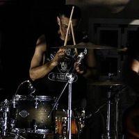 Seperti ini nih gayanya saat menikmati musik yang ia mainkan. (Foto: Instagram @didiriyadi_official)