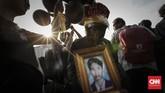 <p>Serupa ritual-ritual Kamisan sebelumnya, aktivis membawa foto korban pelanggaran HAM ke seberang istana. (CNNIndonesia/Adhi Wicaksono)</p>