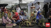 <p>Di seberang Istana Kepresidenan, aktivis Jaringan Solidaritas Korban untuk Keadilan (JSKK) beserta sejumlah korban pelanggaran HAM dari Kendeng, Batam, Rumpin menuntut ditegakkannya keadilan. (CNNIndonesia/Adhi Wicaksono)</p>