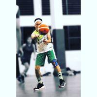 Salah satu personil dari Project Pop, Udjo, sering berlatih basket di sela kesibukannya. Beberapa kali ia tertangkap tangan sedang berlatih bersama Ali Syakieb, Augie, dan rekan artis lainnya yang tergabung di klub basket Happy Ballers. (Foto: Instagram @udjudj)