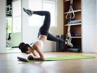 Olahraga TRX melibatkan seluruh bagian tubuh untuk bergerak. Dengan melatih tubuh untuk jadi pusat gravitasi Tyas tidak hanya melatih ototnya tetapi juga keseimbangan dan kelenturan tubuh. (Foto: Instagram/tyasmirasih)
