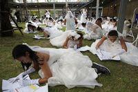 Acara lomba lari ini memang dikhususkan untuk para calon pengantin. Mereka yang berhasil memenangkan lomba akan mendapat hadiah paket pernikahan senilai 2 juta baht atau sekira Rp828 juta. (Foto : REUTERS/Athit Perawongmetha)