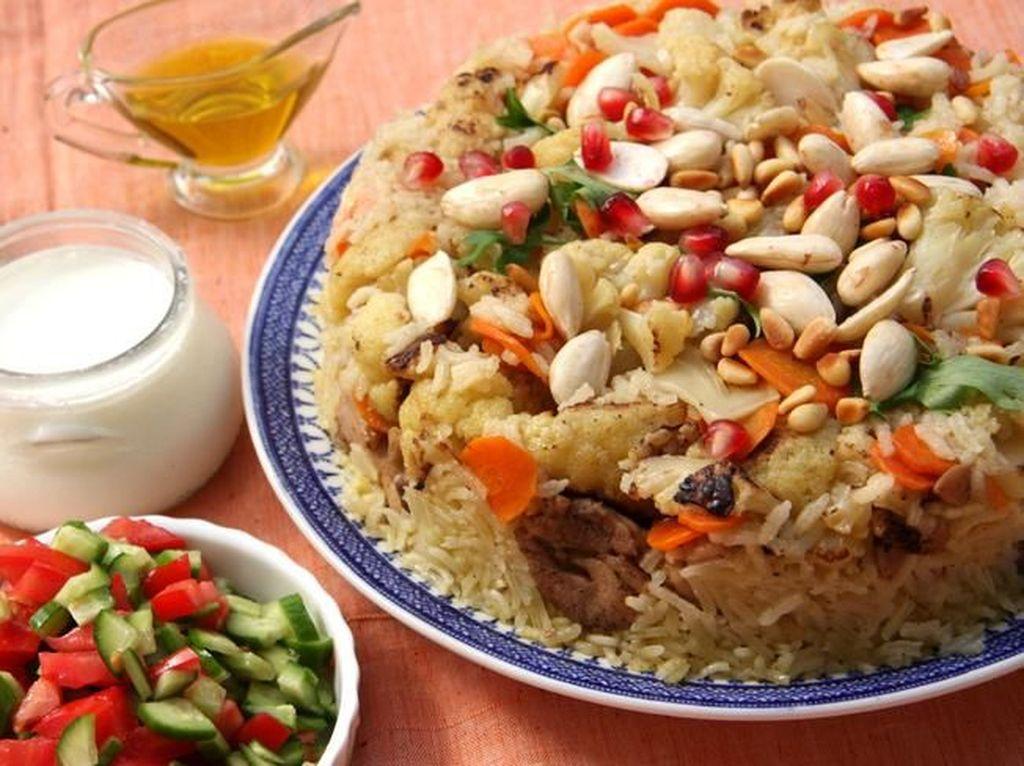 Maqluba unik karena tergolong one dish meal dari Palestina. Ada nasi, daging, dan sayuran didalamnya. Ketika dibuat semuanya ditempatkan di sebuah wadah lalu dibalik ketika disajikan. Foto: iStock