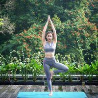 Tyas melakukan berbagai jenis olahraga, salah satunya termasuk yoga. (Foto: Instagram/tyasmirasih)