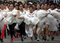 Nggak heran jika ratusan calon pengantin rela berlari dengan gaun pengantin yang merepotkan. (Foto : REUTERS/Athit Perawongmetha)