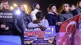 <p>Aksi protes tidak saja digelar di Tepi Barat dan Jalur Gaza, tetapi juga Ibu Kota Tel Aviv hingga Istanbul, Turki. (AFP PHOTO / YASIN AKGUL)</p>