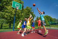 Bermain bola basket dan olahraga lainnya membantu mengurangi stres karena memberi kesempatan kepada pemain untuk bersosialisasi. Orang yang bersifat sosial cenderung jarang mengalami depresi dan punya sistem kekebalan tubuh yang lebih kuat. (Foto: Ilustrasi/thinkstock)