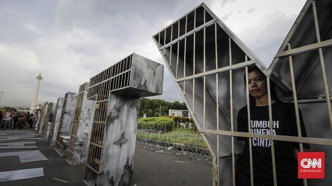 <p>Aktivis Jaringan Solidaritas Korban untuk Keadilan (JSKK) melakukan aksi Kamisan dengan membuat diri mereka seolah terpenjara, tak berdaya, di seberang Istana Merdeka. Jakarta, Kamis, 7 Desember 2017. (CNNIndonesia/Adhi Wicaksono)</p>