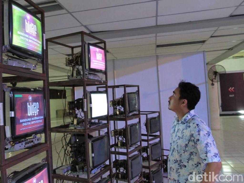 Dani mengungkapkan, Intermind.xyz adalah karya instalasi interaktif yang mensimulasikan sebuah sistem yang mempertemukan berbagai macam pikiran dari orang-orang yang menggunakan internet secara realtime. Foto: Wisma Putra/detikcom