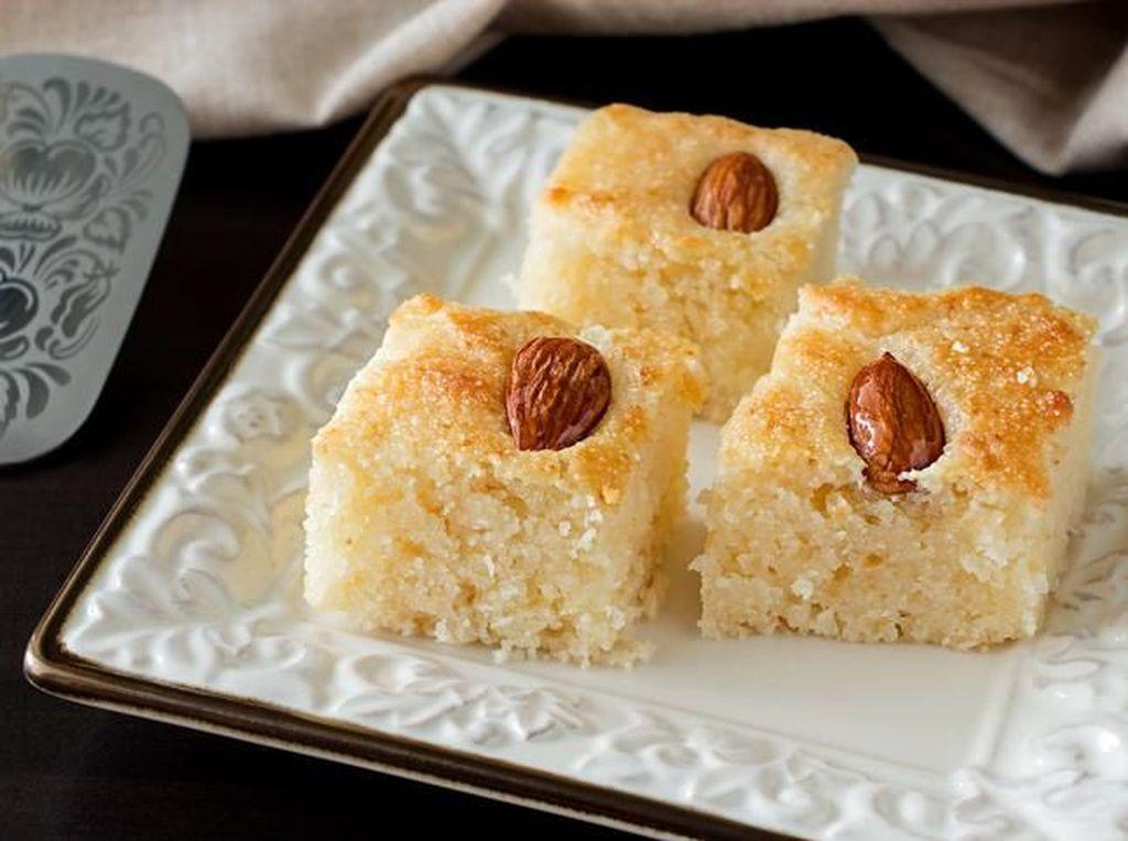 Selain baklava, Palestina punya basbousa. Terbuat dari tepung semolina atau farina matang yang direndam dalam larutan simple syrup. Tambahan populernya adalah kelapa. Foto: iStock