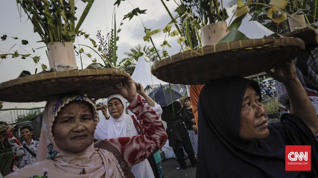 <p>Aktivis Jaringan Solidaritas Korban untuk Keadilan (JSKK) beserta sejumlah korban pelanggaran HAM dari Kendeng, Batam, Rumpin melakukan aksi Kamisan ke-517 di depan Istana Merdeka. Jakarta, Kamis, 7 Desember 2017. (CNNIndonesia/Adhi Wicaksono)</p>