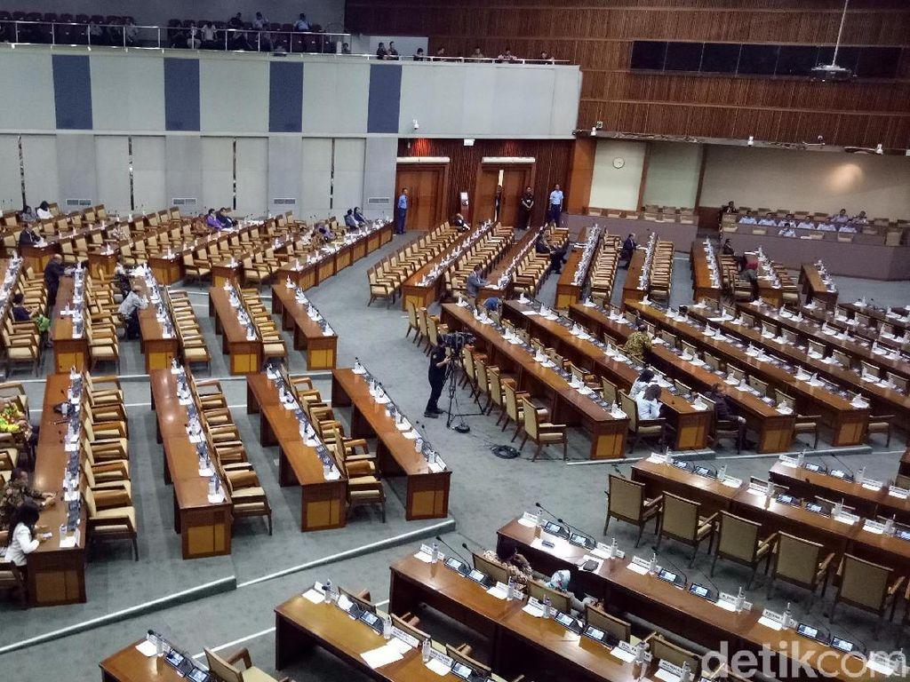 Kursi yang diduduki anggota DPR kosong. Satu baris kursi tampak hanya diisi 1-2 anggota dewan. (Foto: Gibran Maulana Ibrahim/detikcom)