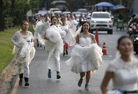 Mereka juga menggunakan nomor pelari seperti lomba lari pada umumnya. Meski kelihatan repot, para peserta lomba lari terlihat begitu antusias berlari dan memenangkan perlombaan. (Foto : REUTERS/Athit Perawongmetha)