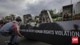 <p>Aktivis Jaringan Solidaritas Korban untuk Keadilan (JSKK) beserta sejumlah korban pelanggaran HAM dari Kendeng, Batam, Rumpin melakukan aksi Kamisan ke-517 di depan Istana Merdeka, Jakarta, Kamis, 7 Desember 2017. (CNNIndonesia/Adhi Wicaksono)</p>