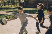 Berlari, melompat, dan bergerak ketika bermain basket membuat kalori yang terbakar juga cukup tinggi. Anda bisa membakar sekitar 600-900 kalori untuk satu jam perlombaan bola basket. (Foto: Ilustrasi/thinkstock)