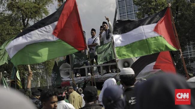 Mereka mengibarkan bendera Palestina sebagai bentuk dukungan terhadap negara tersebut usai Donald Trump menyatakan Yerusalem sebagai ibu kota Israel.(CNN Indonesia/Adhi Wicaksono).