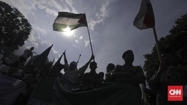 Massa aksi berunjuk rasa di depan kantor Kedubes AS, Jakarta, Jumat (8/12). Mereka memprotes keputusan Donald Trump yang mengklaim Yerusalem sebagai ibu kota Israel. (CNN Indonesia/Adhi Wicaksono).