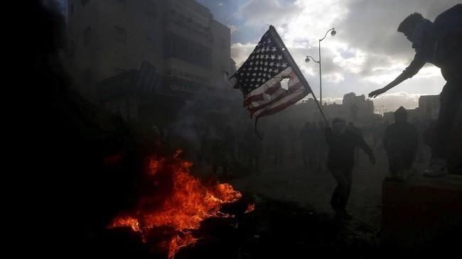 Protes pecah di sejumlah wilayah Palestina pada Kamis (7/12) menyusul keputusan Amerika Serikat mengakui Yerusalem sebagai ibu kota Israel. (REUTERS/Mohamad Torokman)
