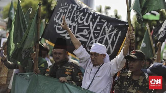Dalam aksi ini, massa membawa sejumlah atribut unjuk rasa, seperti bendera dan spanduk yang mengecam AS soal klaim Yerusalem sebagai ibu kota Israel. (CNN Indonesia/Adhi Wicaksono).