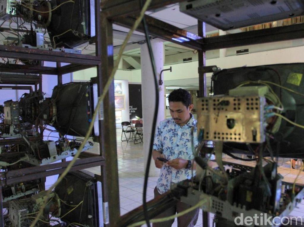Karya seni berjudul Intermind.xyz  dibuat lulusan Seni Rupa Studio Intermedia ITB dari 30 monitor bekas yang dirangkai menggunakan rak besi. Foto: Wisma Putra/ detikHOT