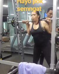 Selain Muay Thai, Eli juga mencoba latihan angkat beban untuk membentuk otot. Foto: Instagram @mpok_ely_rosy_
