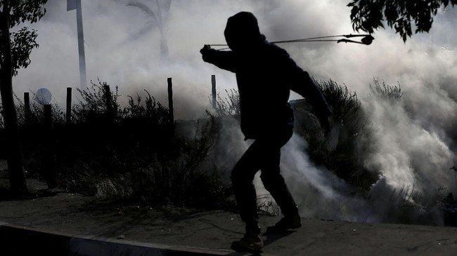 Sebanyak 31 orang dilaporkan menderita luka-luka akibat bentrokan kedua pihak di Tepi Barat dan perbatasan Israel-Gaza. (REUTERS/Mohamad Torokman)