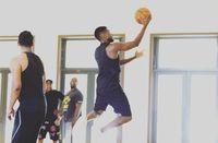 Tidak cuma olahraga individual saja, ia juga hobi basket bersama teman-temannya. Foto : Instagram @usher