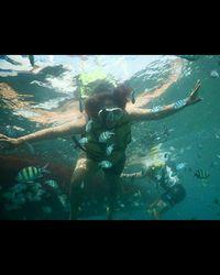Nah, di foto tersebut Ely sangat mahir berenang maupun snorkeling. Foto: Instagram @mpok_ely_rosy_