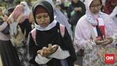 Salah seorang peserta aksi tengah berdoa untuk Palestina usai kebijakan AS mengklaim Yerusalem sebagai ibu kota Israel.(CNN Indonesia/Adhi Wicaksono).