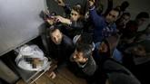 Korban tewas pertama adalah karena ditembak mati prajurit Israel di dekat perbatasan Gaza, sementara korban kedua tewas karena terluka dalam bentrokan. (REUTERS/Mohammed Salem)