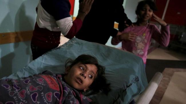 Seorang anak perempuan yang terluka karena serangan udara oleh Israel. Sebelumnya, setidaknya dua tewas dalam bentrokan antara pasukan Israel dan demonstran Palestina, ketika ribuan penduduk Palestina memprotes keputusan presiden AS Donald Trump. (REUTERS/Mohammed Salem)