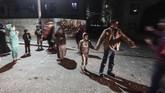 Penduduk Palestina menunggu di jalanan Beit Lahia, Gaza, setelah pasukan keamanan Israel menyerang pos militer menggunakan jet-jet tempur. Serangan itu menyebabkan 25 terluka, termasuk di antaranya enam anak-anak. (Anadolu/Mustafa Hassona)